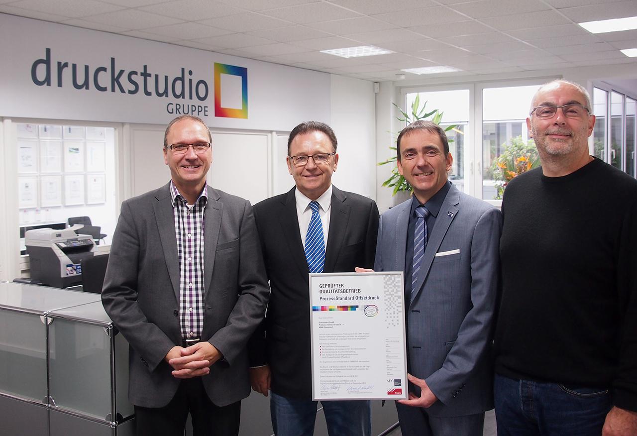Erneut PSO-zertifiziert: Dirk Puslat (Geschäftsführer der Druckstudio Gruppe), Werner Drechsler (Geschäftsführer der Druckstudio Gruppe), Frank Wipperfürth (VDMNW) und Thomas Brüns (Abteilungsleiter Offsetdruck bei der Druckstudio Gruppe) bei der Übergabe der fünften PSO-Urkunde.