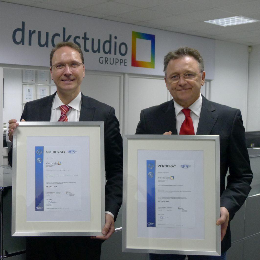 Die Druckstudio Gruppe: Dreifach rezertifiziert in Sachen Qualitäts-, Umwelt- und Energiemanagement. Von links nach rechts: Dirk Puslat und Werner Drechsler.